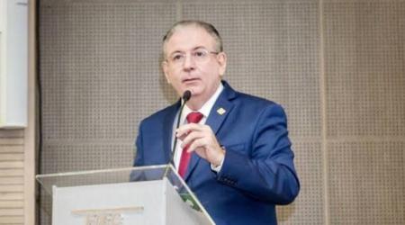 O pensador Ricardo Cavalcante impõe profissionalismo à FIEC e convive com a classe política